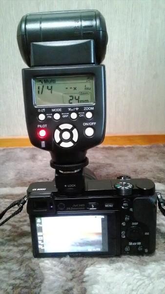 Sony α6000でYONGNUO製のストロボを取り付けた様子その2