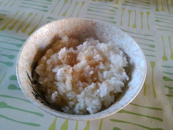ご飯を盛り塩コショウを振る